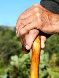 Die Hände der alten Person Stockbilder