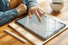 Die Hände der Asiatin benutzen Tablette auf Holztisch lizenzfreies stockbild