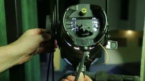 Die Hände der Belichtungseinheit verweisen den Effekt-Scheinwerfer in der gewünschten Richtung stock footage