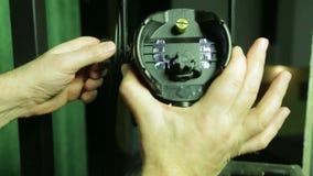Die Hände der Belichtungseinheit verweisen den Effekt-Scheinwerfer in der gewünschten Richtung stock video