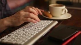 Die Hände der Frau, die auf Computertastatur (HD, schreiben) arbeit stock video footage
