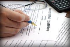 Die Hände der Frau, die einen Anstellungsvertrag unterzeichnen Lizenzfreies Stockbild