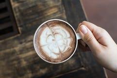 Die Hände der Frau, die Tasse Kaffee anhalten Stockbilder