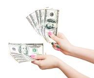 Die Hände der Frau, die 100 US-Dollar Banknoten zählen Lizenzfreie Stockfotografie