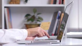 Die Hände der Frau, die viele verschiedenen Kreditkarten und über intelligentes Telefon für das on-line-Einkaufen halten Abschlus stock video