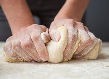 Die Hände der Frau kneten Teig Lizenzfreie Stockfotografie