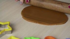 Die Hände der Frau rollen Teig mit Nudelholz für Weihnachtsplätzchen auf weißer Tabelle stock video