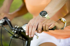 Die Hände der Frau und des Mannes auf Fahrradlenkstange Lizenzfreies Stockfoto