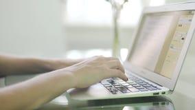 Die Hände der Frauen, die auf Tastatur schreiben stock footage