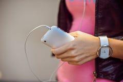 Die Hände der Frauen mit einem Handy Stockfotos