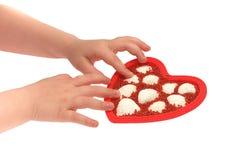 Die Hände der Kinder machen Inneres aus Perlen und Shells heraus Stockfotos