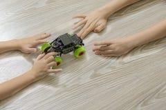 Die Hände der Kinder und ein Spielzeugauto lizenzfreie stockfotografie