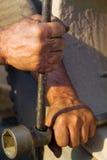 Die Hände der Männer, die mit einem Hebel arbeiten Lizenzfreies Stockfoto