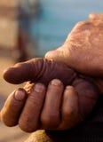Die Hände der Männer, die nach einer anstrengenden Arbeit stillstehen Lizenzfreie Stockbilder