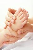 Die Hände der Mutter und Babyfüße Lizenzfreies Stockfoto