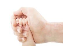 Die Hände der Mutter, welche die Hand des Babys halten Stockfotos
