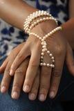 Die Hände des afrikanischen Mädchens mit Perlen Lizenzfreies Stockfoto