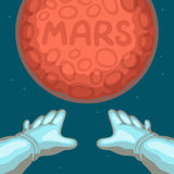 Die Hände des Astronauten ausgedehnt zum roten Planeten Mars Lizenzfreie Stockbilder