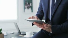 Die Hände des Geschäftsmannes sichtbar, während er eine Tablette benutzt stock video