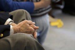 Die Hände des Großvaters stockbild