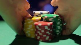 Die Hände des Händlers, die Stapel von Pokerchips die Tabelle, Atmosphäre im Kasino entfernen stock video footage