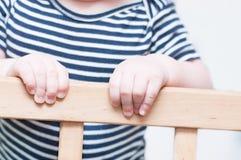 Die Hände des Kindes auf einem Brett Lizenzfreie Stockbilder