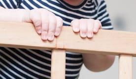 Die Hände des Kindes auf einem Brett Lizenzfreie Stockfotografie