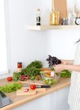 Die Hände des Kochs, die Gemüsesalat - Nahaufnahmeschuß zubereiten Lizenzfreies Stockbild