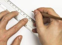Die Hände des Mannes benutzen Stift und Machthaber auf dem Weißbuch Stockbilder