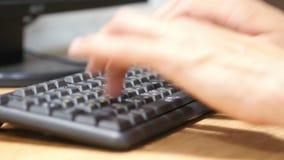 Die Hände des Mannes, die auf der Laptoptastatur, online arbeitend an Projekt auf Computer schreiben stock footage