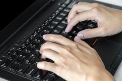 Die Hände des Mannes, die auf der Laptoptastatur schreiben Stockfotos