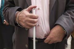 Die Hände des Mannes, die einen Stock halten Lizenzfreie Stockfotografie