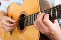 Die Hände des Mannes, die klassische Gitarre spielen Stockbilder