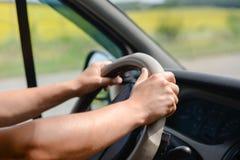 Die Hände des Mannes, die Rad des Autos greifen Lizenzfreie Stockfotografie