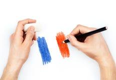 Die Hände des Mannes mit Bleistift zeichnet Flagge von Frankreich auf Weiß Stockfotos