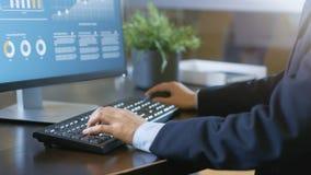 Die Hände des Nahaufnahme-Geschäftsmannes, die auf Tastatur, Tischplattenberechnung schreiben stockfotografie