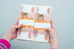 Die Hände des Nahaufnahmemenschen, die russische Rubel halten stockfotos