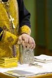 Die Hände des orthodoxen Priesters auf dem Gebetsbuch Lizenzfreies Stockbild