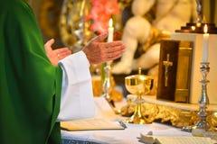 Die Hände des Pastors im Gebet Stockfotografie