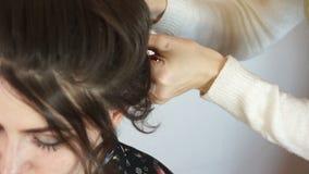 Die Hände des Stilisten, der mein Haar tut stock footage
