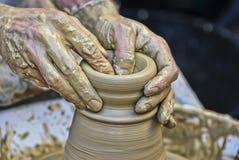 Die Hände des Töpfers Lizenzfreie Stockfotografie