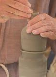 Die Hände des Töpfers bei der Arbeit Lizenzfreies Stockbild