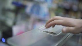 Die Hände des Verkäufers und der Käufernahaufnahme stock video footage