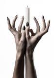 Die Hände, die eine Kerze, eine Kerze halten, wird, weißer Hintergrund, Einsamkeit, Wärme, in der Dunkelheit, übergibt Tod, Handh stockfotos