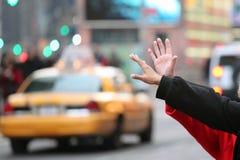 Die Hände, die für ein Fahrerhaus wellenartig bewegen, rollen in New York Stockbilder