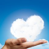 Die Hände, die Herz halten, formten Wolke und blauen Himmel lizenzfreie abbildung