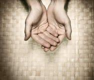 Die Hände, die um bitten, bitten Stockbild