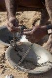 Die Hände eines Fischers Stockbild