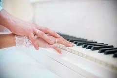 Die Hände eines Klavierspielens Lizenzfreies Stockbild