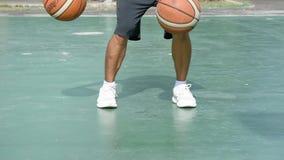 Die Hände eines Mannschlagbasketballs auf einem grünen Hintergrund mit der Seite 2 am BangYai-Park, Nonthaburi in Thailand 2. Jun stock video